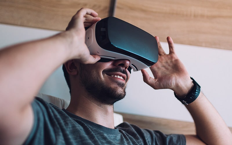 Persona interactuando con experiencia en realidad virtual